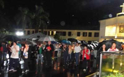Em noite de chuva, fiéis participam da procissão e encenação da Paixão de Cristo