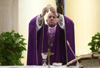 O Papa na Casa Santa Marta rez...