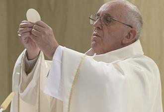 O Papa na Missa reza pelos det...