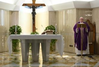O Papa na Missa reza pelas fam...