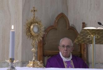O Papa reza por aqueles que tê...