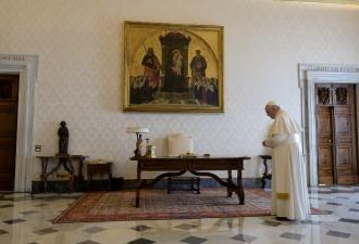 O Papa reza o Pai-Nosso implor...